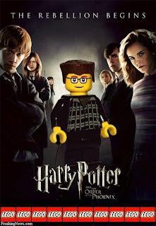 Cartel o poster con personajes de lego y diseño gráfico.