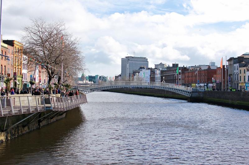 vue du pont le plus romantique de la capitale irlandaise enjambant la rivière Liffey