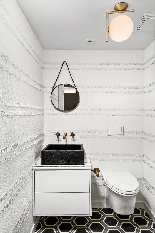 cuarto de aseo con azulejos en 3d y suelo con dibujo geométrico chicanddeco