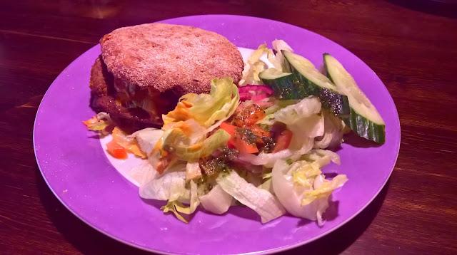 Jyväskylän paras hampurilainen testi Mallaspulla maistelee Pancho Villa juustoburger