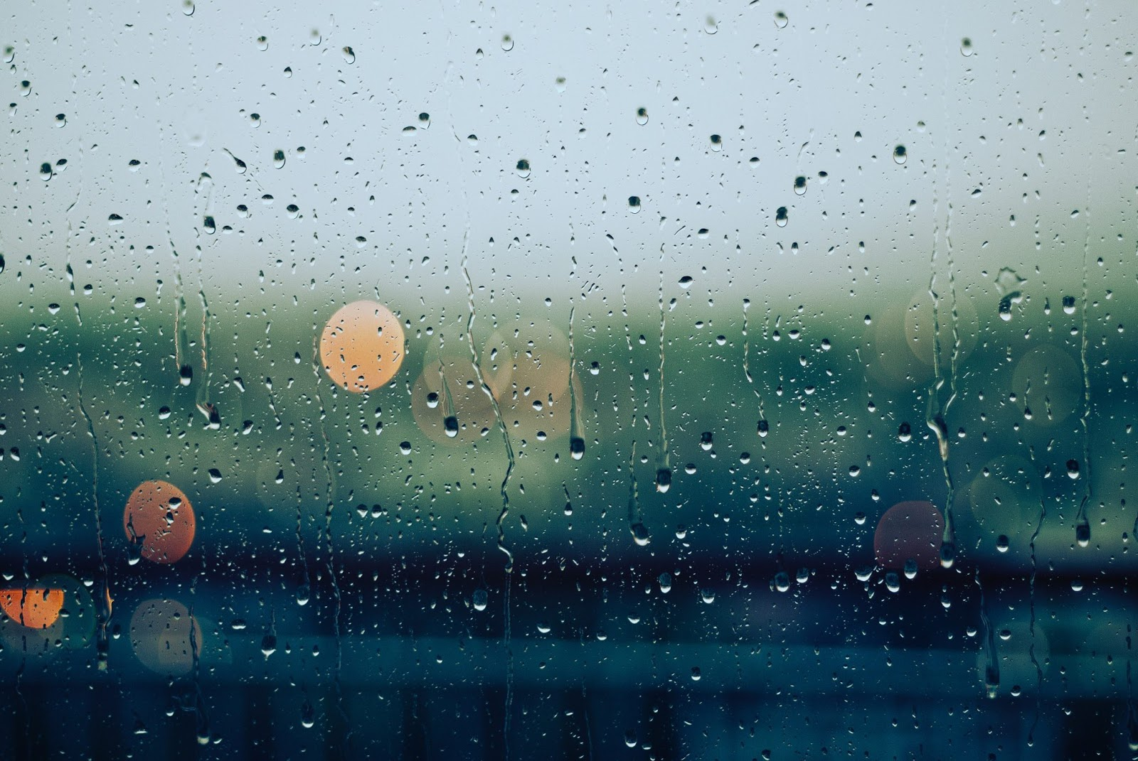 Hình nền những giọt nước mưa qua khung cửa kính mờ đẹp