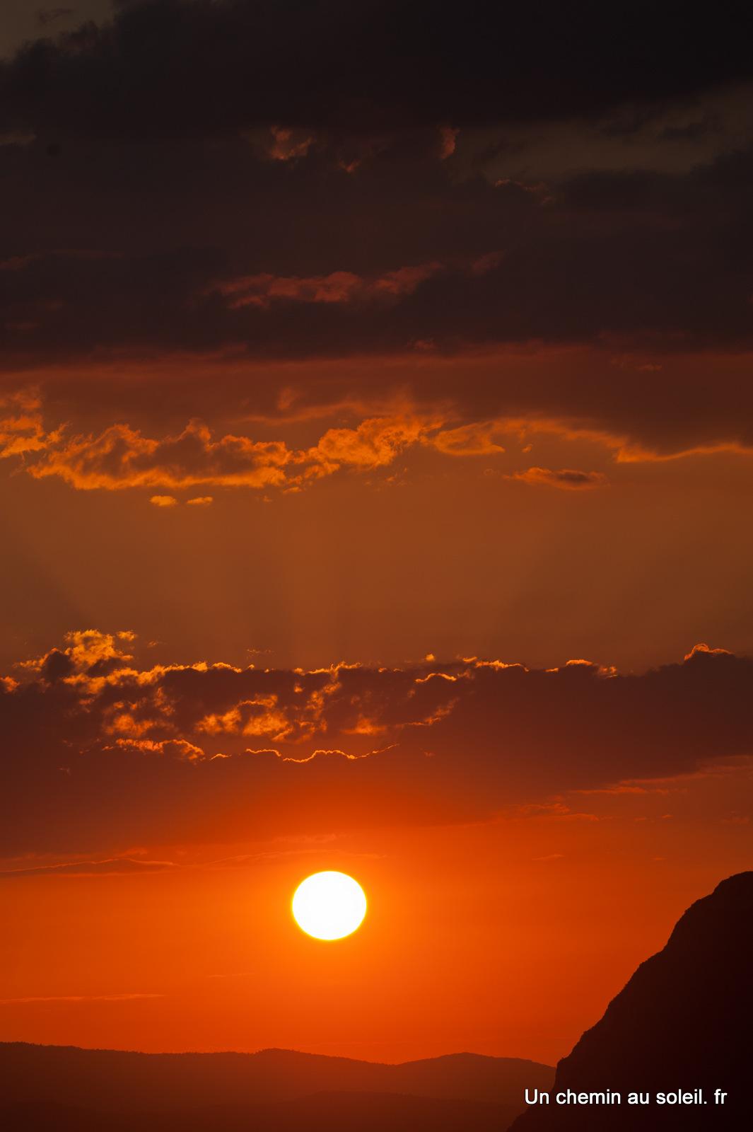 Un chemin au soleil un coucher de soleil peine soutenable - A quelle heure se couche le soleil ce soir ...