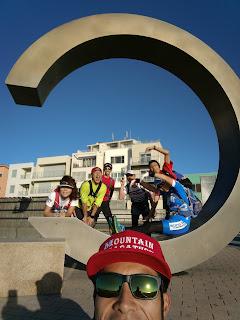 湘南サザンビーチのCのモニュメントとメンバーで記念撮影