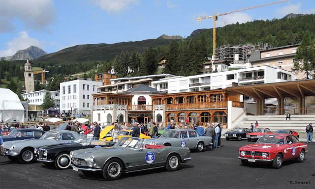 Viele Oldtimer der Passione Engadina vor Kulm Country Club in St. Moritz