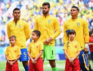Paraibano entra em campo com jogador da Seleção