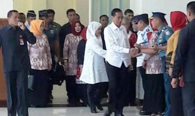 Meski Pertanyaannya Bukan Soal Ikan, Jokowi Tetap Bagi-bagi Sepeda di Aceh
