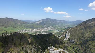 Blick von Moutier bis Corcelles mit Mont Raimeux