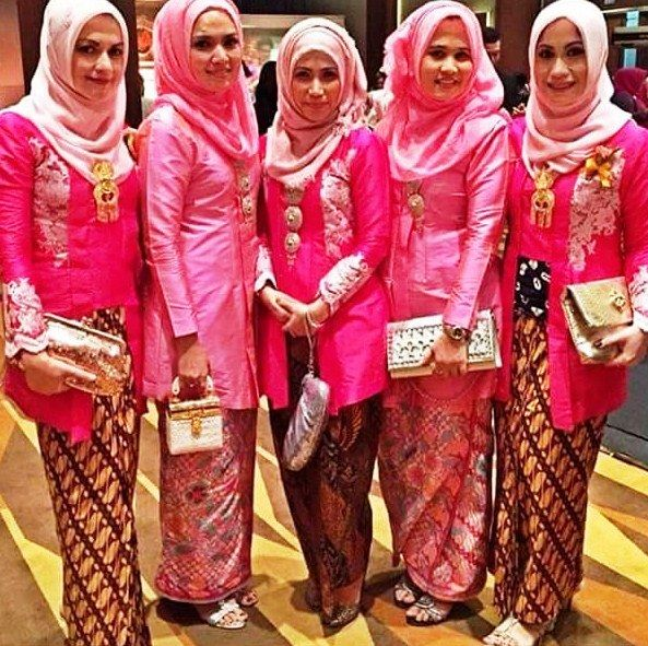 22 Model Baju Batik Modern Untuk Pesta Pernikahan Yang