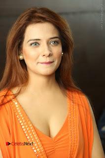 Actress Saloni Aswani Pos in Short Dress at Meelo Evaru Koteeswarudu Movie Interview  0010.JPG