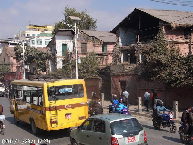 写真7 地震で破壊された建物のまえをひっきりなしに車が通る。