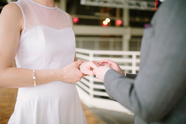 Exchanging rings | Photography by Jessica Holleque