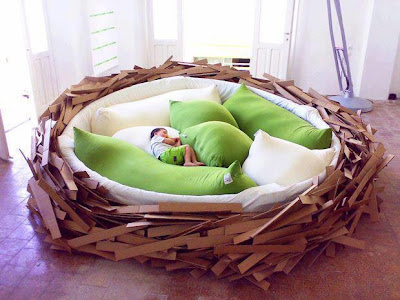 anak tidur di atas ranjang menyerupai sarang
