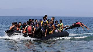πρόσφυγες που φθάνουν σε ελληνικό νησί