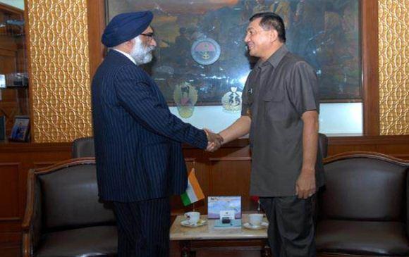 Dubes India bersalaman dengan Wamenhan