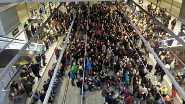 Catalanes en huelga cortan carreteras y vías de tre