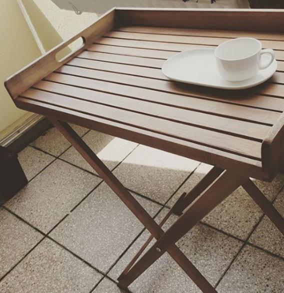 ein tisch auf heimischen balkonien. Black Bedroom Furniture Sets. Home Design Ideas