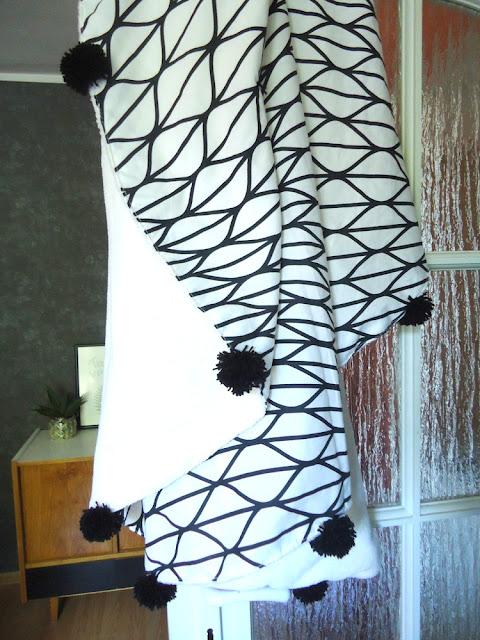 modny kocyk z pomponami
