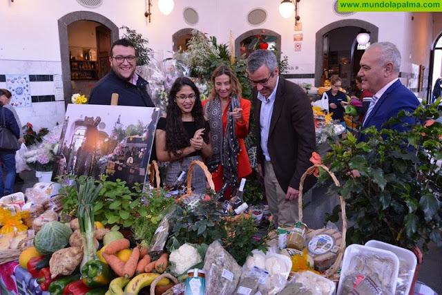 Thaimar Villegas recibe el premio del concurso nacional de fotografía 'Ven a tu mercado' por su imagen de La Recova