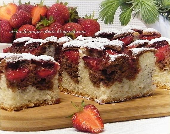 szybkie, łatwe i pyszne ciasto z truskawkami dwukolorowe na oleju i śmietanie