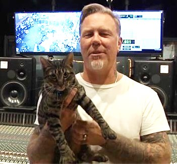 Foto de James Hetfield con una mascota