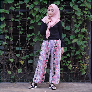 Outfit Celana Cullotes Untuk Hijabers Ala Selebgram 2018 mangset blouse high heels loafers and slip ons hitam cullotes motif ungu tua kerudung segiempat hijab square baby pink ootd trendy