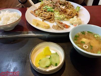 Yakisoba, arroz, verduras encurtidas y sopa de miso, en Kyoto