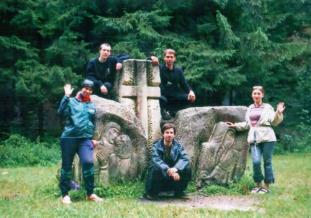 Мы возле каменных скульптур на тропе Довбуша