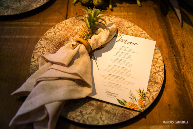 casamento no club med trancoso destination wedding na praia, abacaxi, menu, mesa, decoração