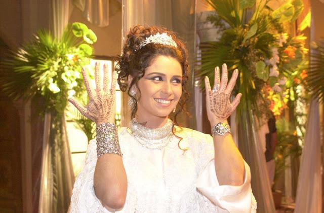 Jade (Giovanna Antonelli) vestida de noiva com as mãos pintadas e esmalte metálico com glitter