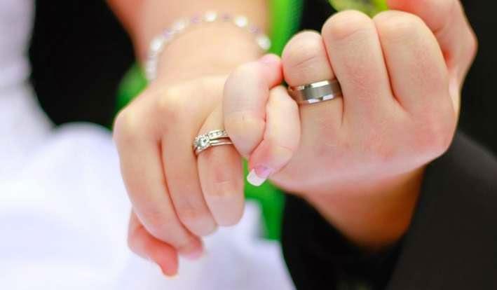 cincin kawin di jari manis