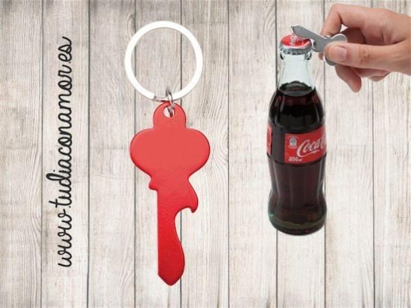 Un detalle económico, moderno y original perfecto como recuerdo para hombre y mujer. Un práctico llavero abre chapas con forma de llave.