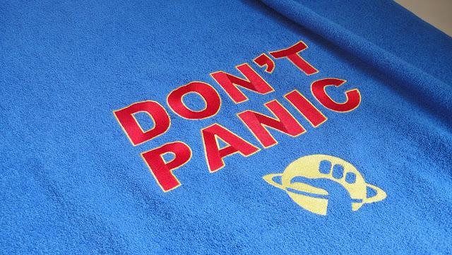Махровое полотенце Автостопом по галактике, 100% хлопок, синее полотенце - подарок студенту