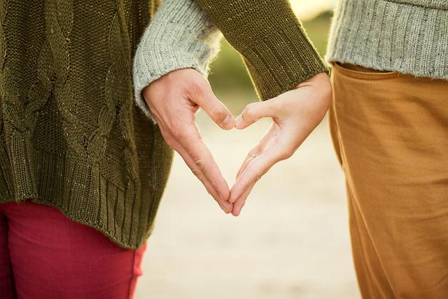 Manos entrelazadas haciendo un corazón