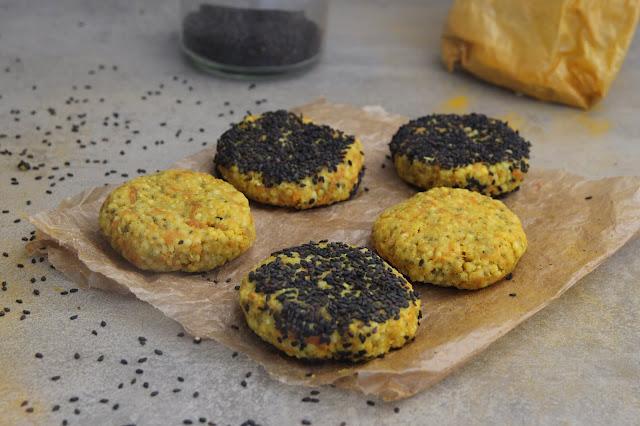 Cuillère et saladier : Galettes de millet aux carottes, curcuma et sésame - vegan