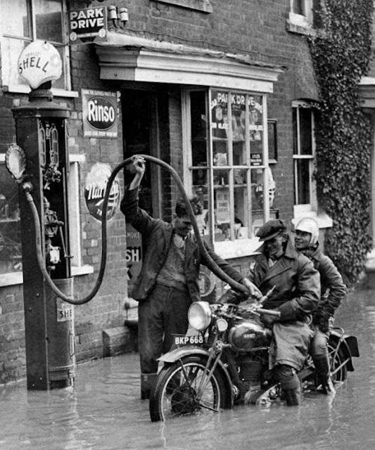 Pluie sur le tard, motard en retard