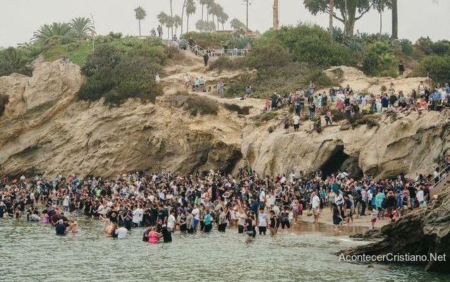 Bautismo en la playa de California