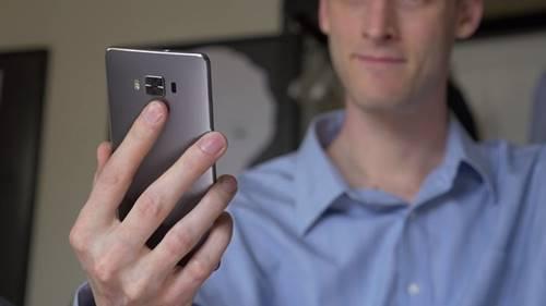 O hardware do novo Zenfone 3 Deluxe se resume à quantidade de memória, que é um dos principais destaques desse smartphone da ASUS. São 6 GB de RAM.