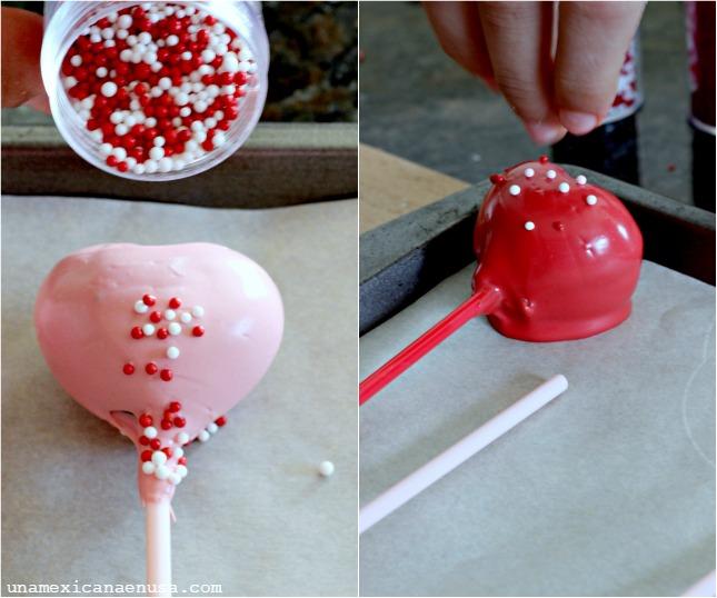 Corazones de chocolate para el Día de San Valentín decorados con chispitas de colores.
