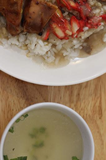 Nasi Ayam disajikan dengan sup Kosong
