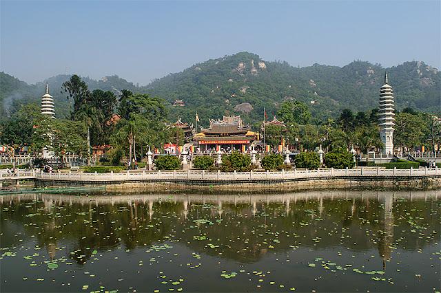 Vue générale du temple bouddhique de Nanputuo