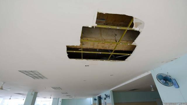 Nhiều mảng trần bệnh viện đã bị bong ra