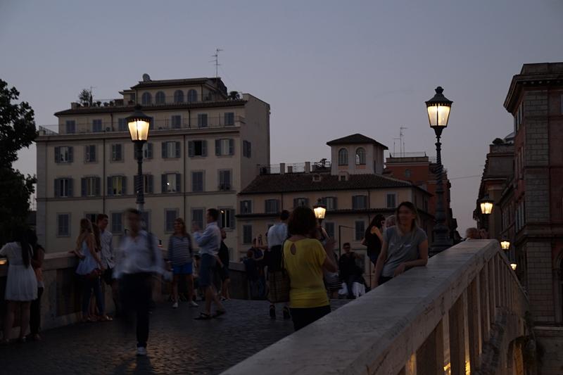 Sommerabend in Rom Brücke Tiber Nacht