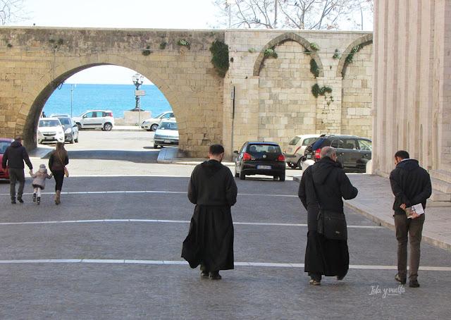 Exterior de la Basílica junto al mar