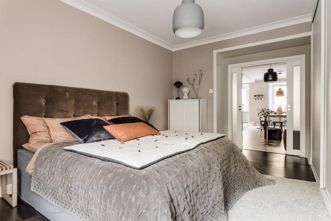 un rose lgrement gris qui va saccorder aussi bien avec les murs beige ros avec le bois avec le gris ou lorang ple du linge de lit
