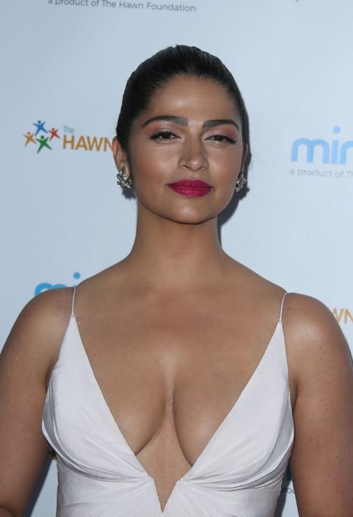 CAMILA ALVES hot an sexy clevage exposing