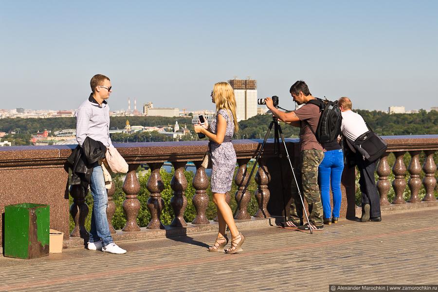 На смотровой площадке Воробёвых гор любят фотографироваться и фотографировать