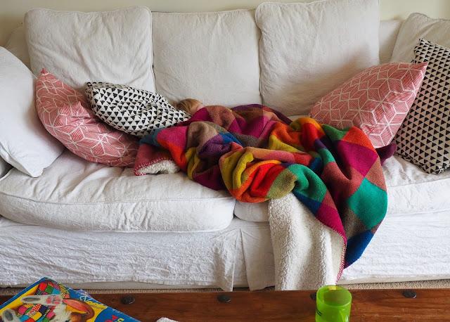 valkoinen sohva, ruutuviltti, pupu tupuna