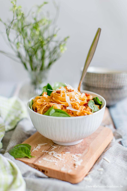 mitgebracht aus neuseeland pasta mit lachs getrockneten tomaten und frischen blattspinat. Black Bedroom Furniture Sets. Home Design Ideas