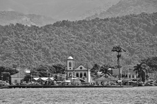 Cetro histórico de Paraty visto do mar