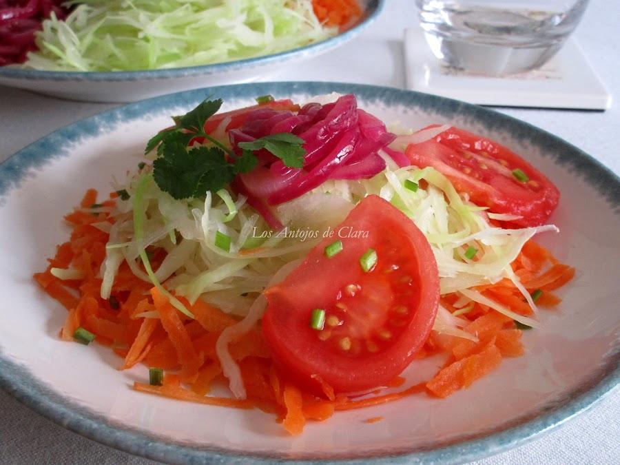 Ensalada de repollo con zanahoria, tomate y cebolla pochada